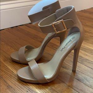 Dream Paris size 6 nude heels